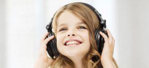 nina-con-cascos-escucha-musica-p