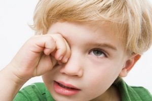 891-niño_ojos_rojos